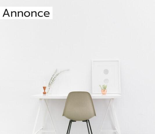En stol ved et hvidt bord ved en hvid væg