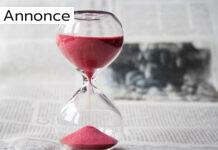 Timeglas med røde sandkorn